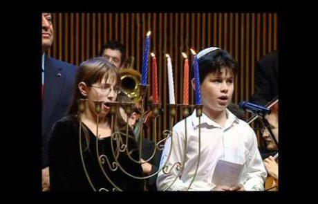 התזמורת הפילהרמונית מדליקה נרות חנוכה